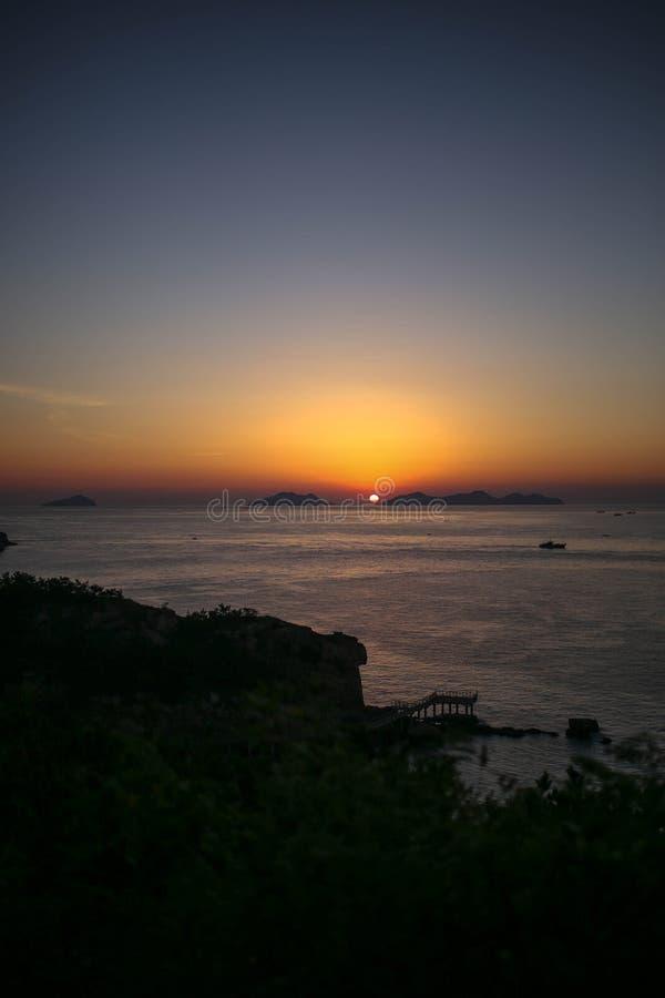 Dieses ist der Sonnenaufgang, der in banstarter Insel, Dalian, China geschossen wird lizenzfreie stockbilder