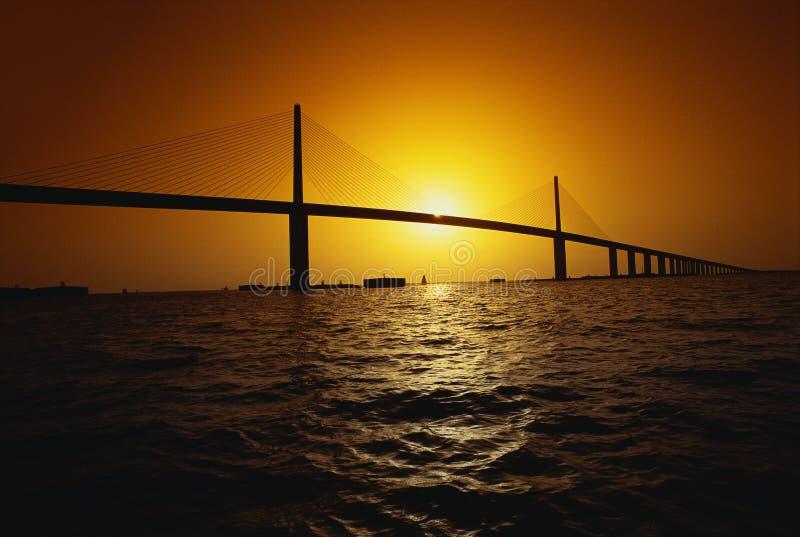 Dieses ist die Sonnenschein-Brücke Es ist eine der längsten Aufhebungbrücken in Nordamerika Der Ozean wird in den Vordergrund wi  lizenzfreie stockfotos