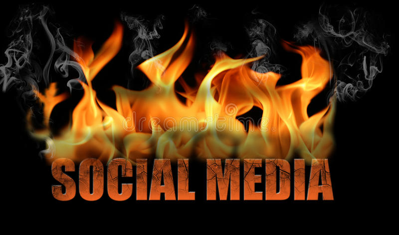 Wort-Sozialmedien in den Flammen stockbild