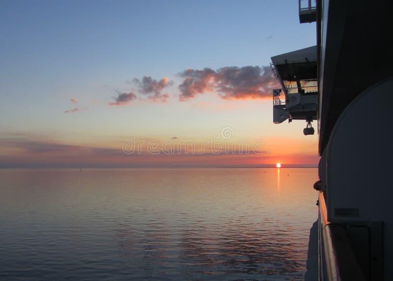 Dieses ist ein schöner Sonnenuntergang über dem Golf von Mexiko, wie vom Balkon eines Kreuzschiffs gesehen lizenzfreies stockbild