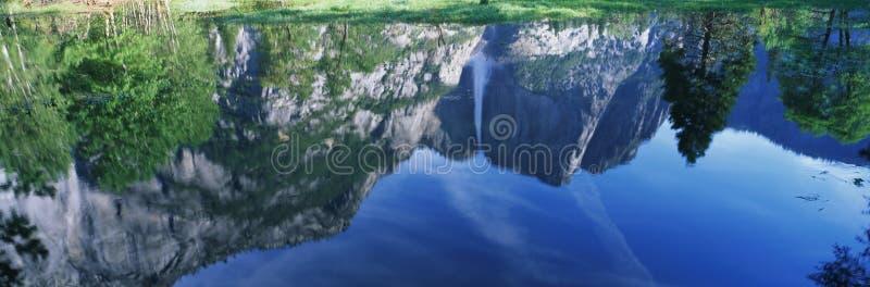 Dieses ist eine Wasserreflexion von oberem Yosemite Falls im Früjahr stockbilder
