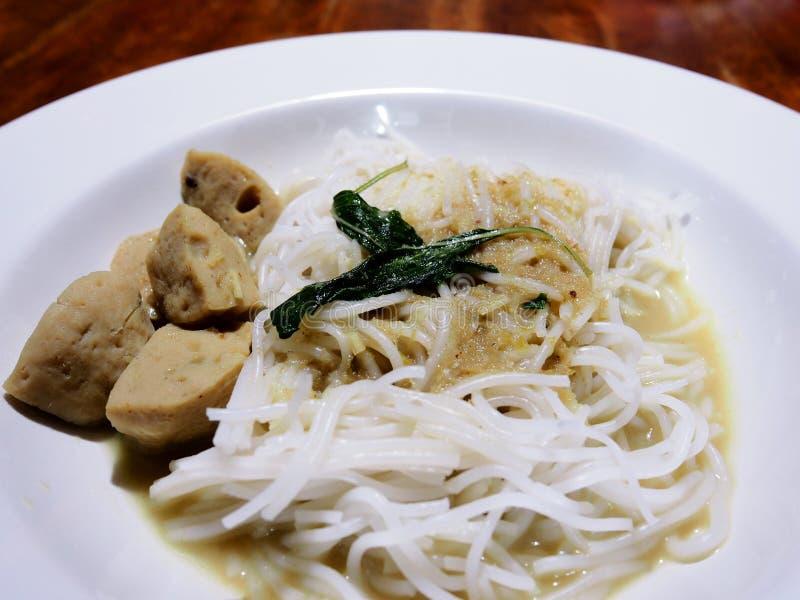 Dieses ist grüner Curryfleischball mit Reis-Nudeln stockfotos