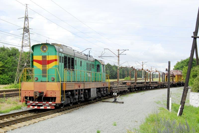 Dieslowska lokomotywa ciągnie taborowych ścierwa z poręczami i s zdjęcie royalty free