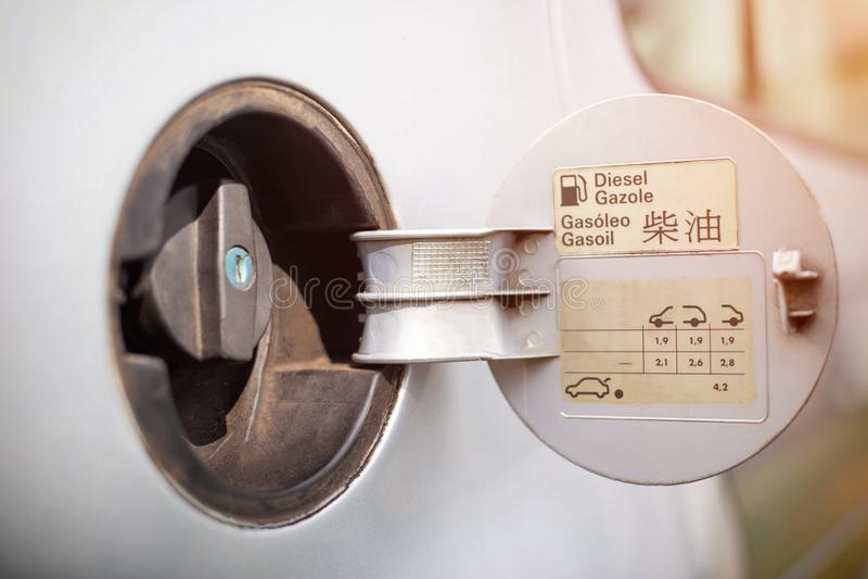 Dieslowska samochodowa benzynowego zbiornika nakrętka, pojęcie dieslowski skandal i zakaz na dieslowskich samochodach, Dieslowska zdjęcia stock