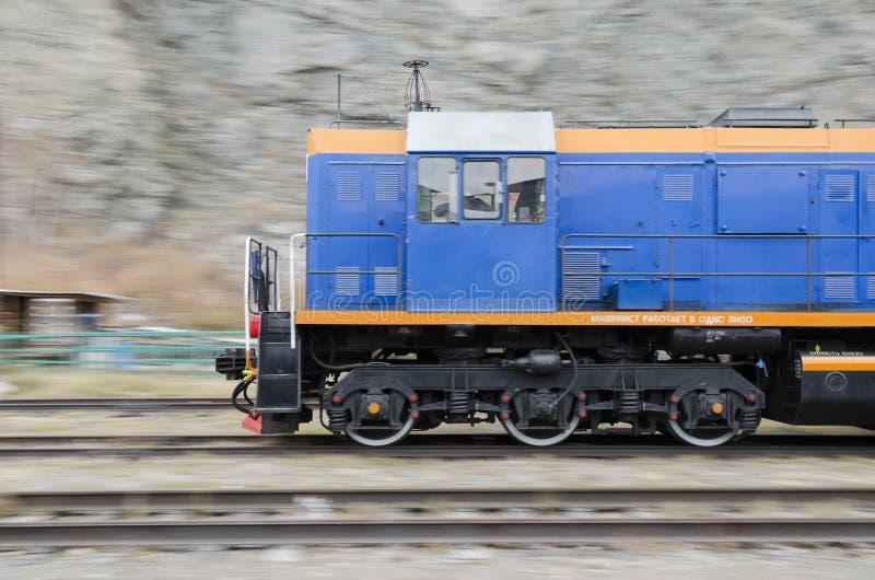 Dieslowskiej lokomotywy poruszający throufh Baikal kolej zdjęcia royalty free