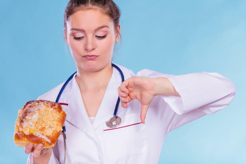 Dietético con el bollo del rollo dulce Comida basura malsana fotos de archivo