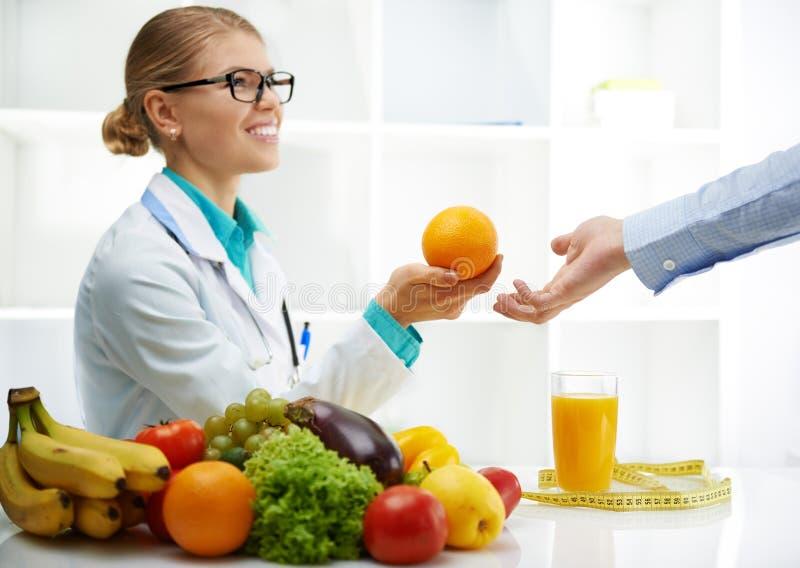 Dietético con el paciente fotos de archivo libres de regalías