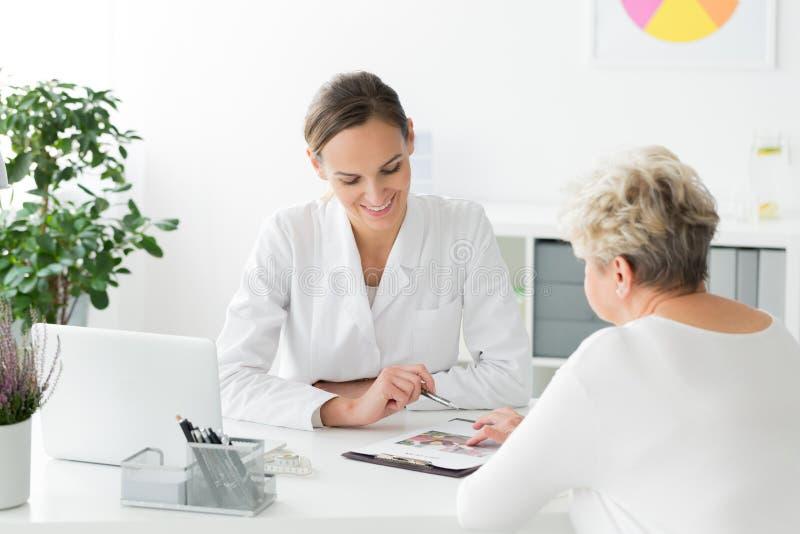 Dietético y paciente durante la reunión imagen de archivo