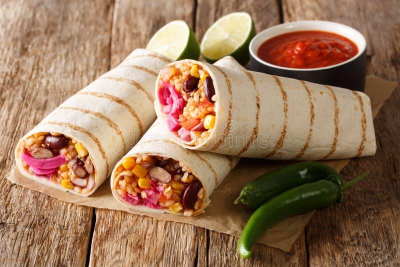 Diet-grillad vegetarisk burrito med ris- och grönsakclos royaltyfria bilder