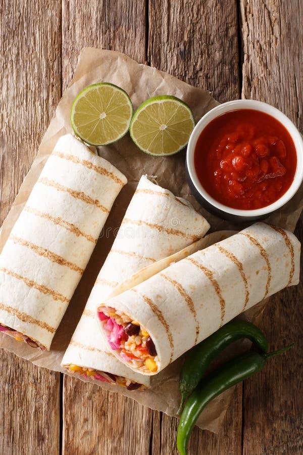 Diet-grillad vegetarisk burrito med ris- och grönsakclos arkivbild