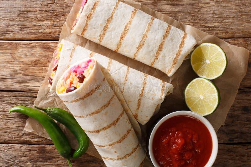 Diet-grillad vegetarisk burrito med ris- och grönsakclos royaltyfri fotografi