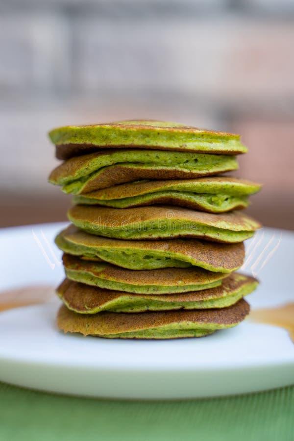 Diet-pannkakor med spenat Bunt av pannkakor arkivbild