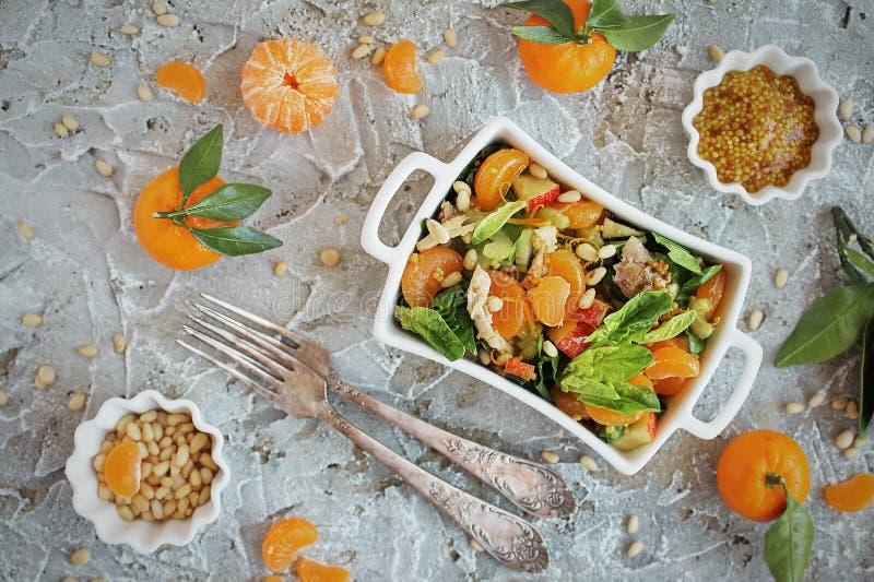 Diet-spenatsallad och mandariner med dressingen av senap och sörjer muttrar royaltyfri fotografi