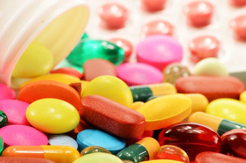 Diet-tilläggkapslar och drogpreventivpillerar royaltyfri fotografi