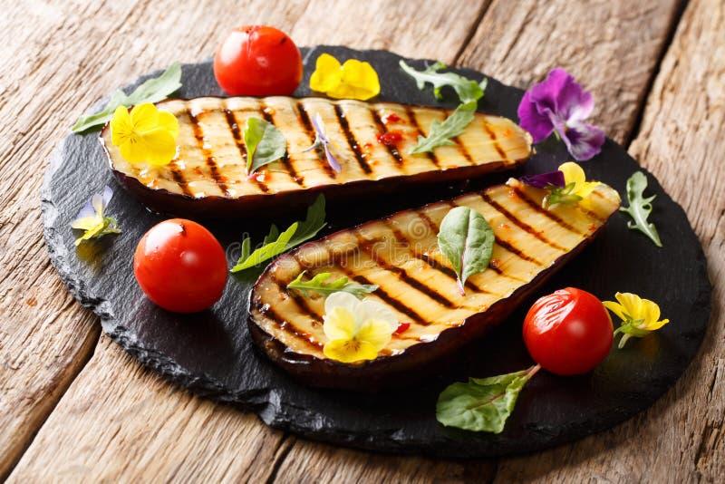 Diet-vegetarisk mellanmålsallad: grillade aubergine och tomater arkivfoton