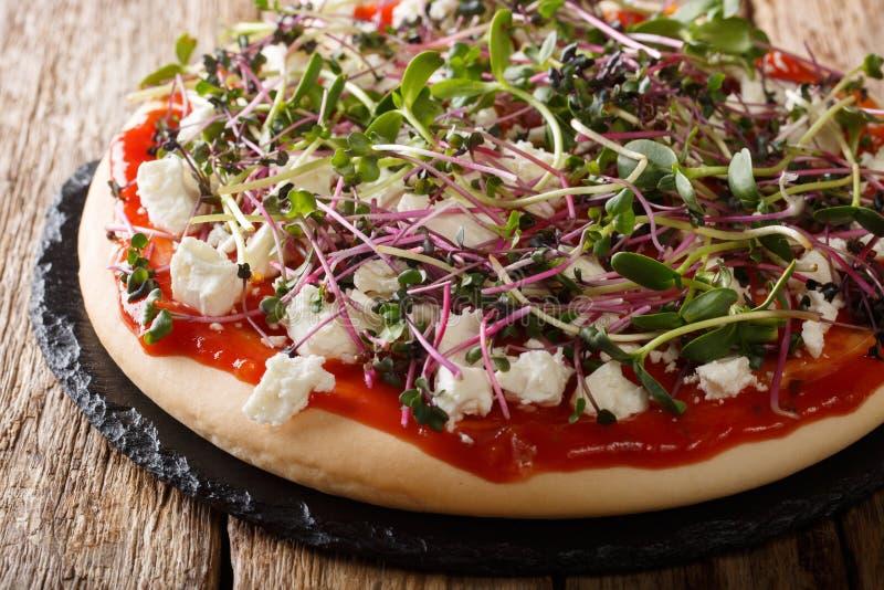 Diet-vegetarisk pizza med feta och mikrogr?n n?rbild f?r ny blandning horisontal royaltyfria bilder