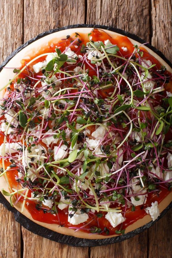 Diet-vegetarisk pizza med feta och mikrogr?n n?rbild f?r ny blandning Vertikal b?sta sikt arkivbilder