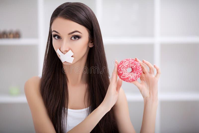 Dieta Ciérrese encima de cara de la mujer latina triste hermosa joven con el mout imagen de archivo