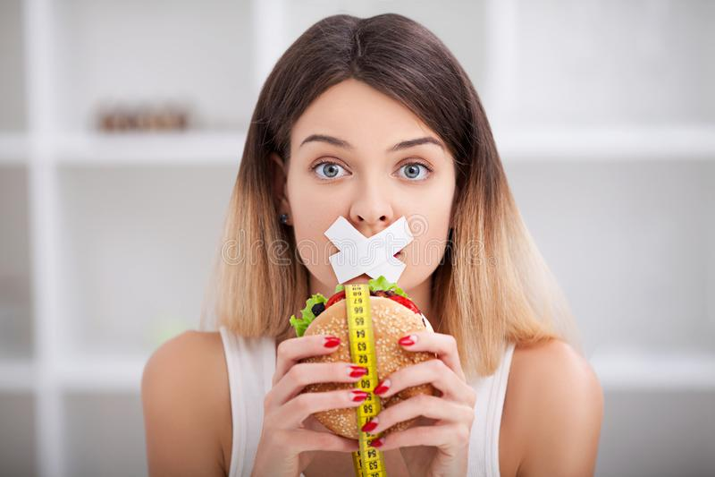 Dieta Comer insalubre Conceito da comida lixo A menina don o ` t come a sucata f imagem de stock