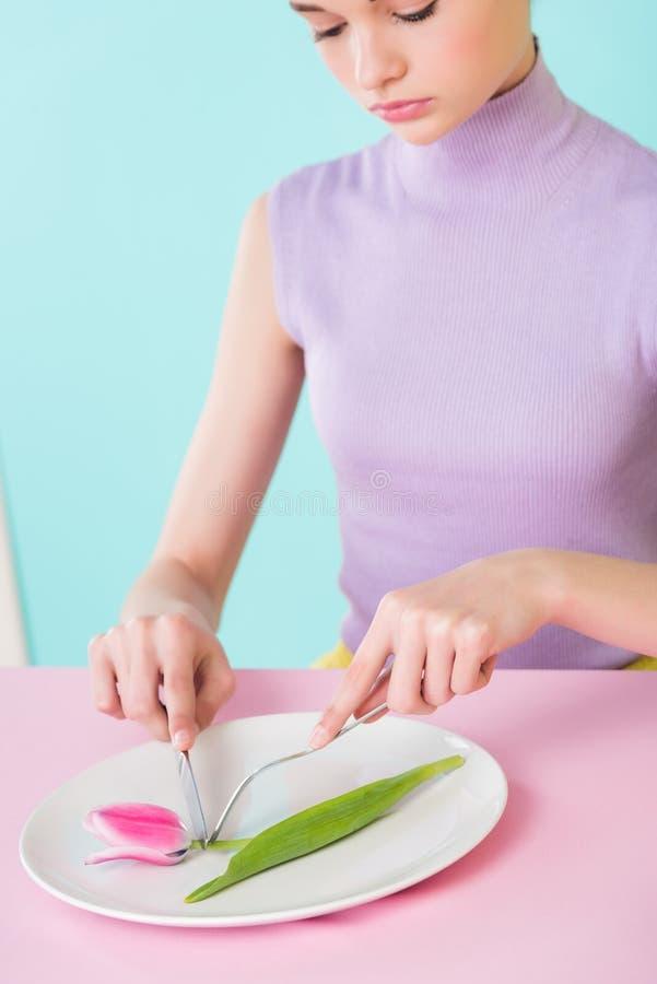 dieta cor-de-rosa da flor da tulipa comer elegante atrativo da menina fotos de stock