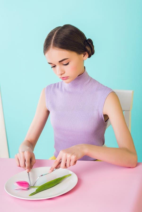 dieta cor-de-rosa da flor da tulipa comer elegante do adolescente imagens de stock
