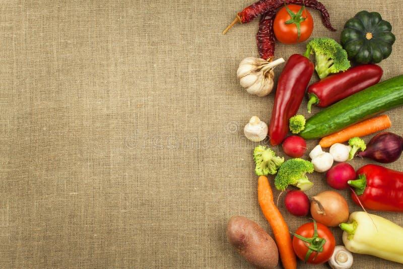 Dieta cruda degli ortaggi freschi Preparazione dell'alimento vegetariano Menu di verdure Verdure organiche fresche sulla tavola P immagini stock libere da diritti
