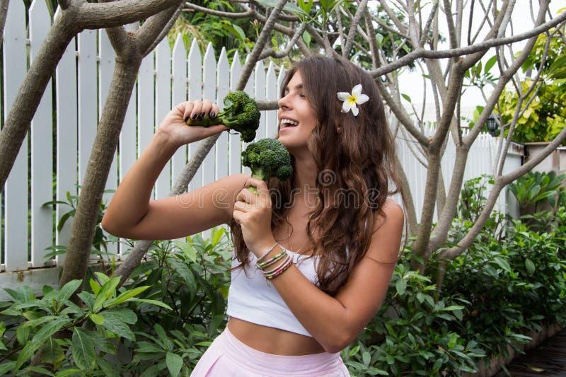 Dieta da desintoxicação Moça bonita com brócolis imagens de stock