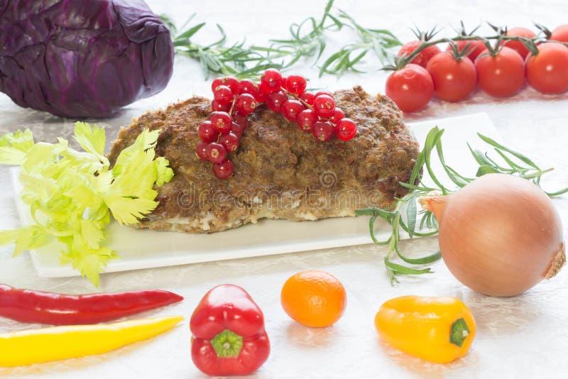 Dieta de Dukan - pan con carne con las verduras foto de archivo libre de regalías