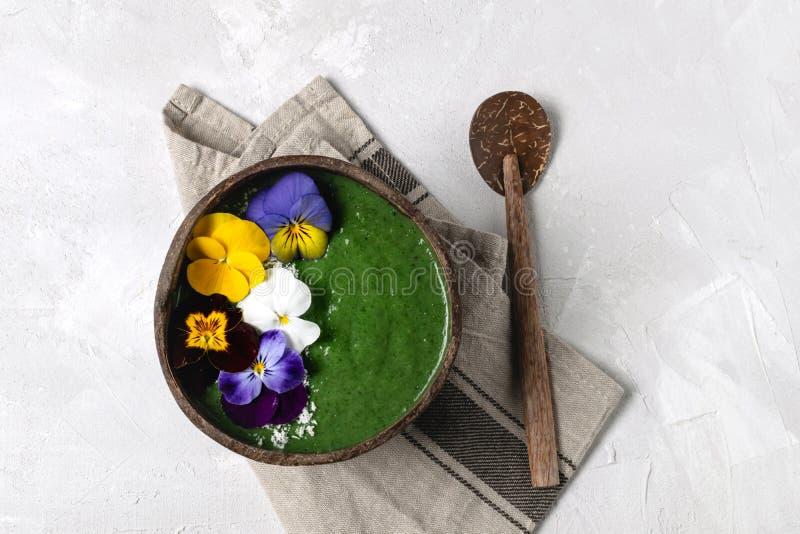 Dieta de la primavera, detox del cuerpo, cuenco sano del smoothie del verde del desayuno imagen de archivo libre de regalías