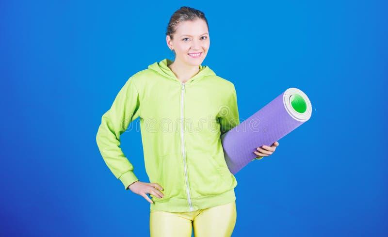 Dieta de la salud ?xito M?sculos fuertes y poder Entrenamiento deportivo de la mujer en gimnasio Entrenamiento feliz de la mujer  imágenes de archivo libres de regalías