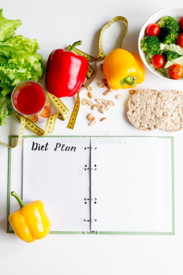 Dieta del concepto, adelgazando plan con mofa de la opinión superior de las verduras para arriba imagen de archivo