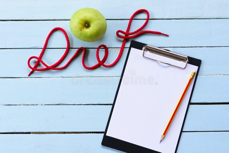 Dieta del concepto, manzana y tablero verde y alfabeto de la dieta foto de archivo