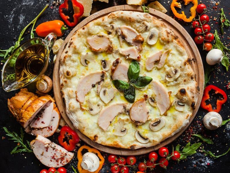 Dieta della pizza del fungo del pollo che mangia piatto immagine stock libera da diritti