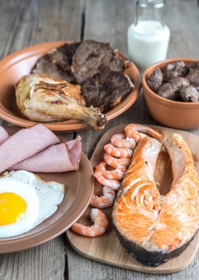 Dieta della proteina: prodotti cucinati sui precedenti di legno fotografia stock libera da diritti