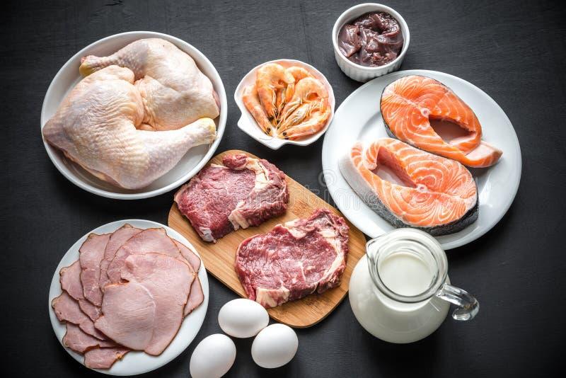 Dieta della proteina: prodotti grezzi sui precedenti di legno fotografie stock libere da diritti