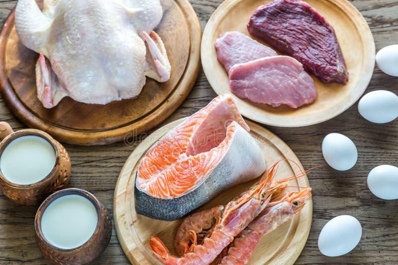 Dieta della proteina: prodotti grezzi sui precedenti di legno immagine stock