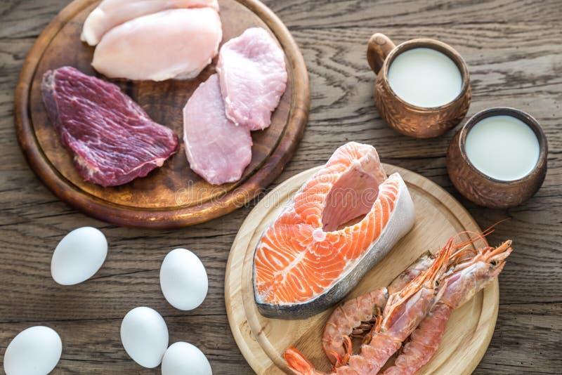 Dieta della proteina: prodotti grezzi sui precedenti di legno immagini stock libere da diritti