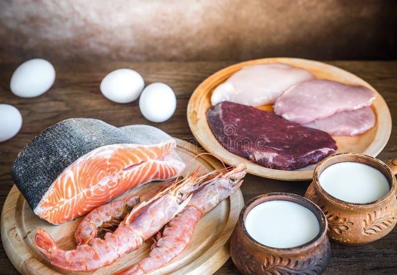 Dieta della proteina: prodotti grezzi sui precedenti di legno immagini stock