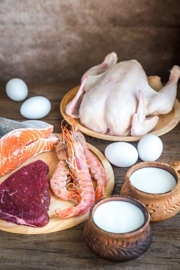 Dieta della proteina: prodotti grezzi sui precedenti di legno immagine stock libera da diritti