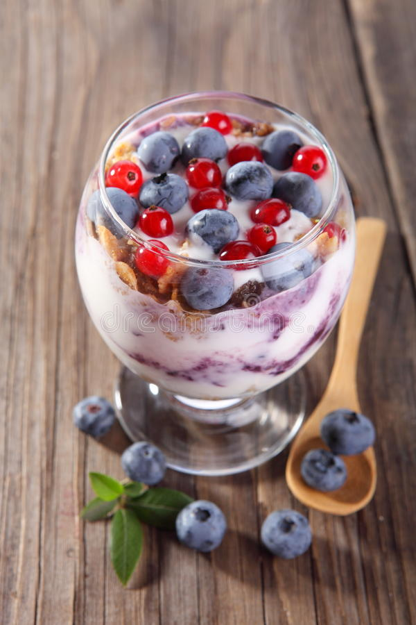 Dieta deser z jogurtem, granola i świeżymi jagodami, fotografia stock