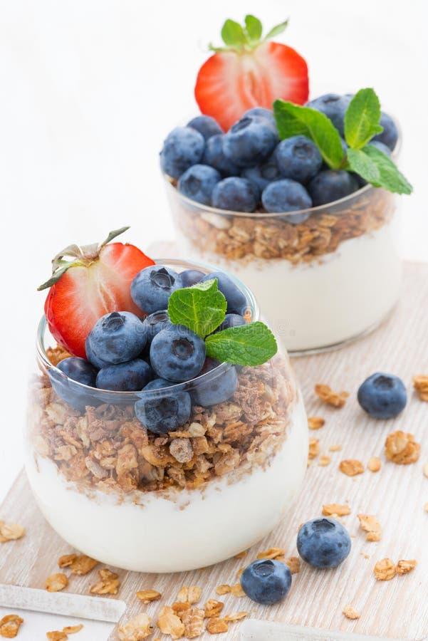 Dieta deser z jogurtem, granola i świeżymi jagodami pionowo, zdjęcie stock