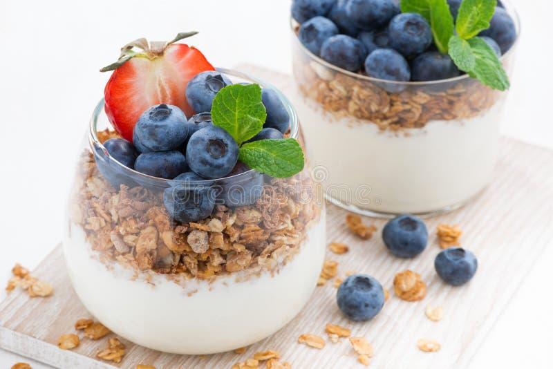 dieta deser z jogurtem, granola i świeżymi jagodami, zakończenie obraz royalty free