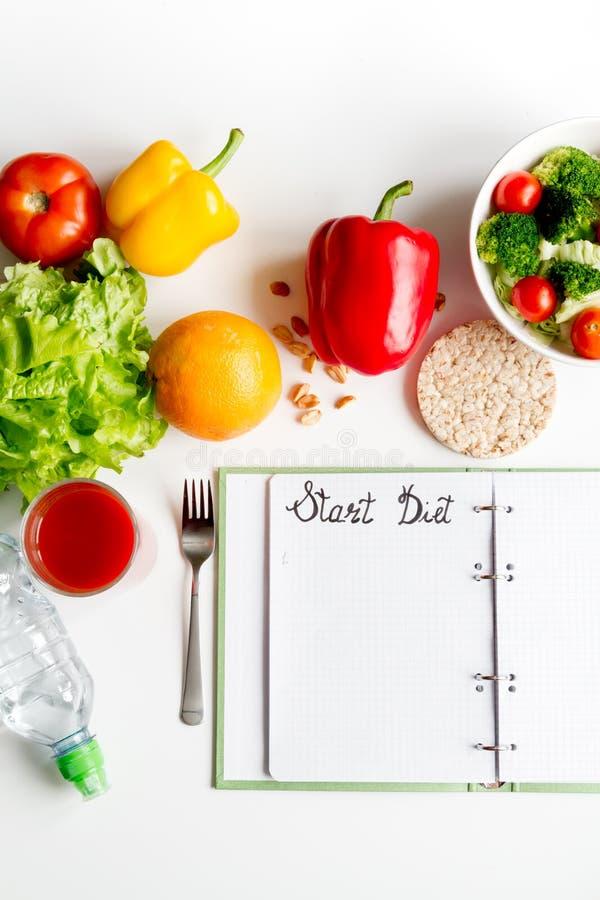 Dieta di concetto, dimagrente piano con derisione di punto di vista superiore delle verdure su fotografie stock libere da diritti