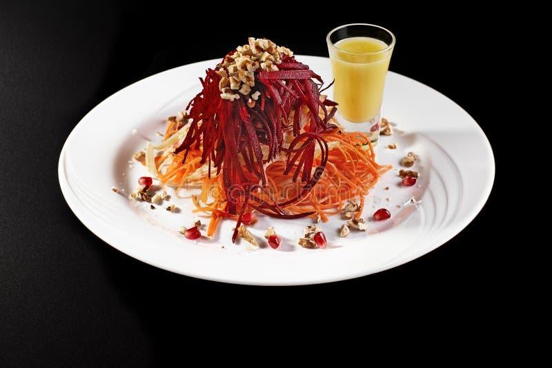 Dieta di verdure deliziosa vegetariana dell'insalata in un piatto bianco su un fondo nero fotografia stock