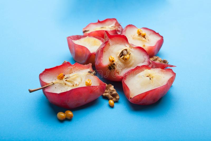 Dieta dla ciężar straty od czerwieni piec jabłka z dokrętkami i flanelą zdjęcia royalty free