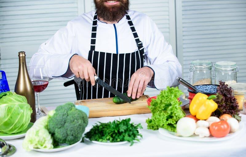 Dieta e alimento biológico, vitamina Cozinheiro farpado do homem na cozinha, culinária Cozimento saudável do alimento Homem do co fotografia de stock