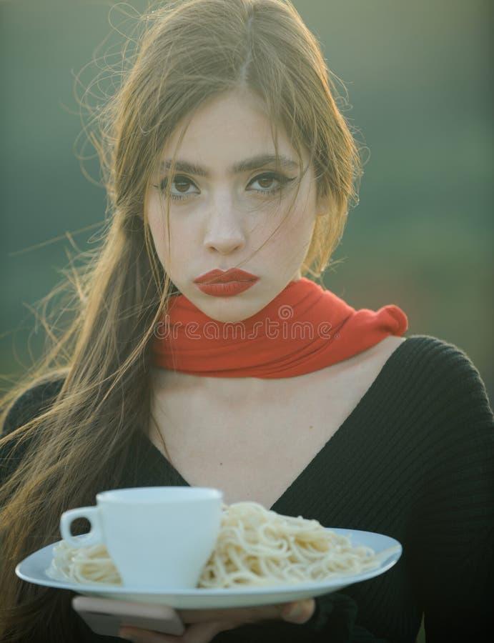 Dieta e alimento biologico sano, Italia dieta della giovane donna con pasta immagini stock
