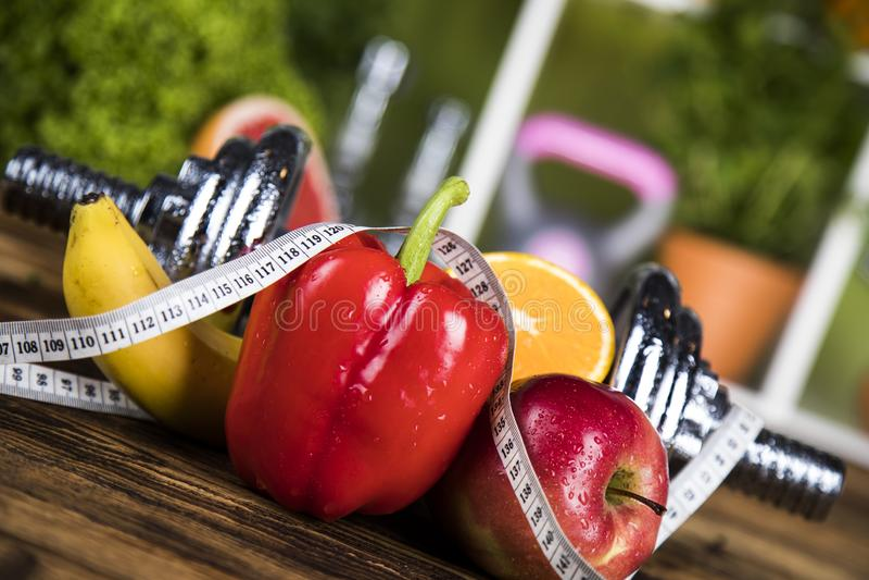 Dieta e aptidão, peso com vitamina fotografia de stock royalty free