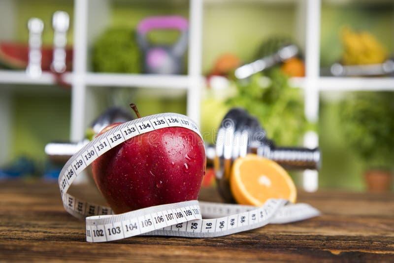 Dieta e aptidão, peso com vitamina imagens de stock royalty free