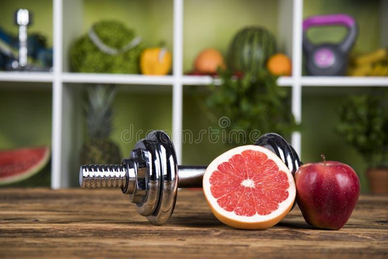 Dieta e aptidão, peso com vitamina foto de stock